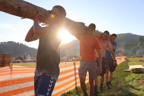 Das Siegerbild unseres Fotowettbewerbs: Die Pfadi Rothenburg beim Baumstammtragen in Escholzmatt. (Bild: Pfadi Rothenburg)