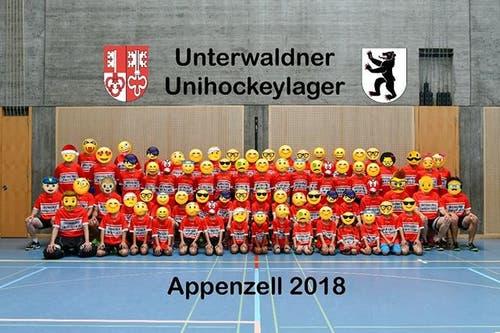 Ein zeitgemässes Teamfoto von Ad Astra Sarnen im Unihockeylager in Appenzell. (Bild: Instagram/adastrasarnen/Simon Abächerli)