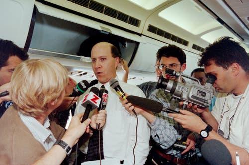 Am 4. September reisen rund vierzig Medienvertreter mit einem Sonderflug nach Halifax. Mit dabei ist auch der damalige Swissair-Chef Jeffrey Katz (Bild: Keystone)