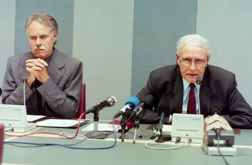 Die damaligen Bundesräte Flavio Cotti (rechts) und Moritz Leuenberger bekunden an einer Pressekonferenz am 3. September 1998 in Bern ihr Mitgefühl und versprechen eine lückenlose Aufklärung der Katastrophe. (Bild: Keystone)