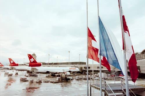 Als Reaktion auf den Absturz werden die Fahnen am Flughafen Zürich auf Halbmast gehisst. (Bild: Keystone)