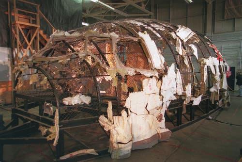 Experten versuchten mit gefundenen Trümmerteilen den Rumpf der MD-11 zu rekonstruieren. (Bild: Keystone)