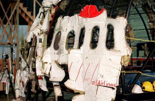 Ermittler versuchen mit geborgenen Trümmerteilen die Swissair-Maschine zu rekonstruieren. (Bild: Keystone)