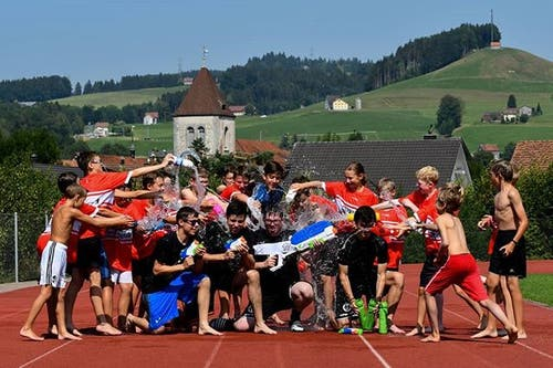 Die Leiter und Junioren von Ad Astra Sarnen liefern sich in Appenzell eine Wasserschlacht. (Bild: Instagram/adastrasarnen/Simon Abächerli)