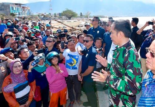 President Joko Widodo spricht mit der Bevölkerung von Palu. (Agus Suparto/Indonesian Presidential Office via AP)