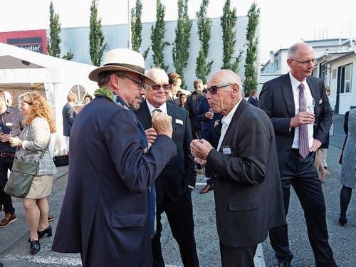 Peter D. Dornier, der ehemalige Firmenchef Hans-Jürgen Hübner und Skilegende Karl Frehsner (von links) beim Smalltalk.