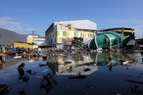Ruine eines zerstörten Einkaufszentrums in Palu. (AP Photo/Tatan Syuflana)