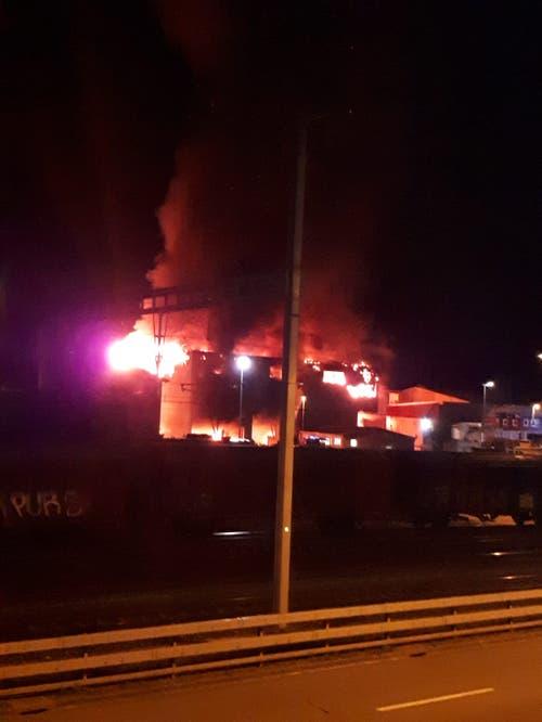 Beim Brand entstand ein Sachschaden in Millionenhöhe. (Bild: Leserreporter)