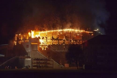 Die Recyling-Halle wurde ein Raub der Flammen. (Bild: Geri Holdener, Bote der Urschweiz)