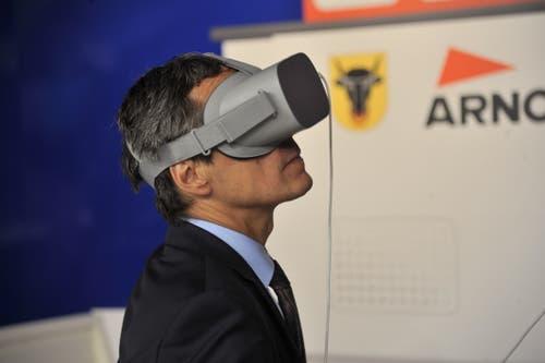 Bundesrat Ignazio Cassis wagt am Stand der Firma Arnold & Co. AG einen besonderen Blick auf Uri. (Bild: Urs Hanhart, Altdorf, 6. September 2018)