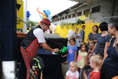 Mr. Balloni zeigt den Kindern, was er kann. (Bild: Urs Hanhart, Altdorf, 6. September 2018)