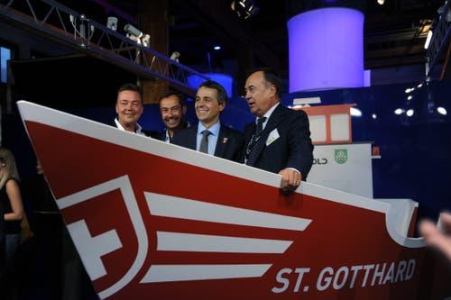 Bundesrat Ignazio Cassis (Zweiter von rechts) am Stand der Firma Arnold & Co. AG. (Bild: Urs Hanhart, Altdorf, 6. September 2018)