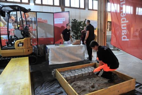 Uri 18. Handwerker zeigen ihr Können, hier das Pflästern. (Bild: Urs Hanhart, Altdorf, 6. September 2018)