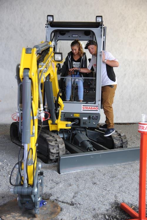 Bei der Strabag kann man sich als Baggerfahrerin versuchen. (Bild: Urs Hanhart, Altdorf, 7. September 2018)