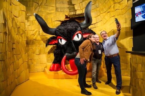 Auch ein Selfie gehört an der Eröffnung der Wirtschafts- und Erlebnismesse «Uri 18» dazu. (KEYSTONE/Alexandra Wey)
