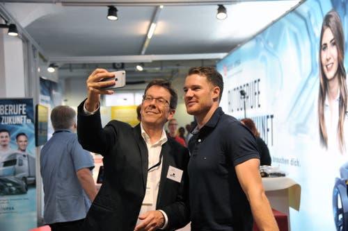 Der vierfache Olympiasieger Dario Cologna (rechts) war am Stand des Autogewerbeverbandes zu Gast. Selfies mit ihm waren begehrt. (Bild: Urs Hanhart, Altdorf, 7. September 2018)