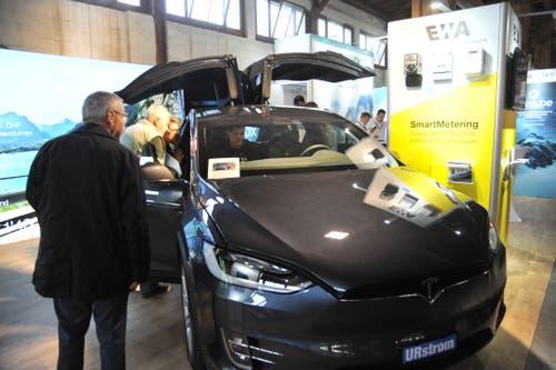 Am Stand des EW Altdorf wird der neueste Tesla gezeigt. (Bild: Urs Hanhart, Altdorf, 7. September 2018)