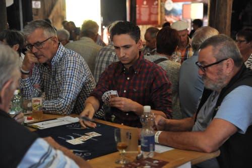 SRF-Sportmoderator Patrick Schmid (Mitte) ist beim Jassturnier ganz vertieft ins Kartenspiel. (Bild: Urs Hanhart, Altdorf, 7. September 2018)