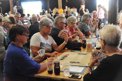 Die Teilnehmer des Jassturniers sind konzentriert bei der Sache. (Bild: Urs Hanhart, Altdorf, 7. September 2018)