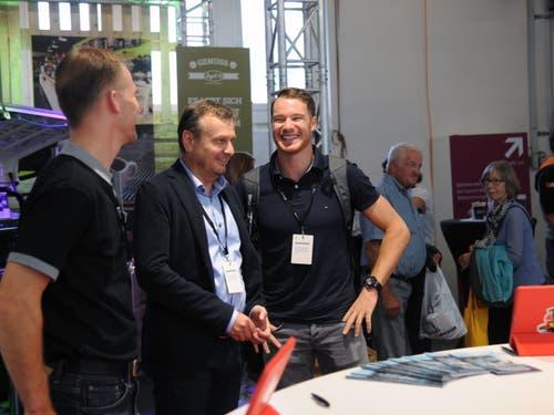 Der vierfache Olympiasieger Dario Cologna (rechts) war am Stand des Autogewerbeverbandes zu Gast. (Bild: Urs Hanhart, Altdorf, 7. September 2018)