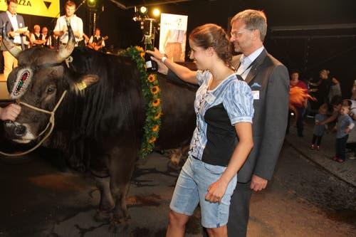 Der prächtige Stier wurde von Taufpatin Sara Baumann und Taufpate Christoph Bugnon auf den Namen «Maestro» getauft. (Bild: Paul Gwerder, Altdorf, 7. September 2018)