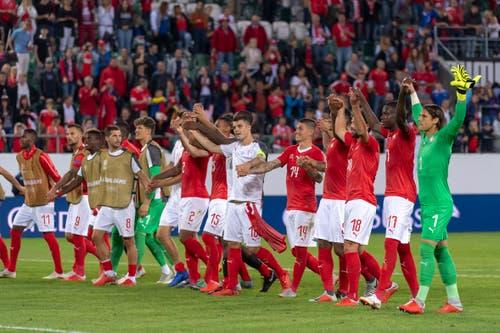 Die Schweizer Spieler bedanken sich nach dem Spiel bei den Fans. (Bild: Keystone/Walter Bieri (St. Gallen, 8. September 2018))