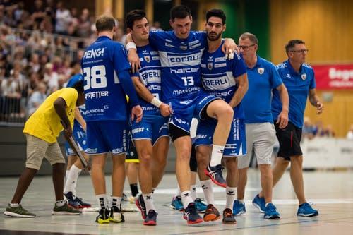 Claudio Vögtli (links) und Amin Yousefinezhad (rechts) tragen den verletzten Filip Gavranovic (Mitte) des HC Kriens-Luzern vom Spielfeld. (Bild: Philipp Schmidli (Kriens, 8. September 2018))