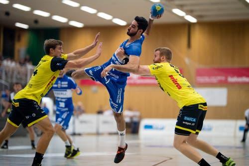 HC Kriens-Luzerns Amin Yousefinezhad (Mitte) gegen TSV St. Otmar St. Gallens Tobias Wetzel (links) und Max Höning. (Bild: Philipp Schmidli (Kriens, 8. September 2018))