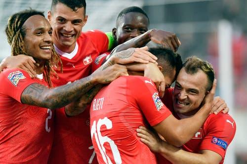 Die Schweizer Fussballer Kevin Mbabu (v.l.), Granit Xhaka, Denis Zakaria, Albian AJeti and Xherdan Shaqiri feiern gemeinsam ein Tor. (Bild: Keystone/Walter Bieri (St. Gallen, 8. September 2018))