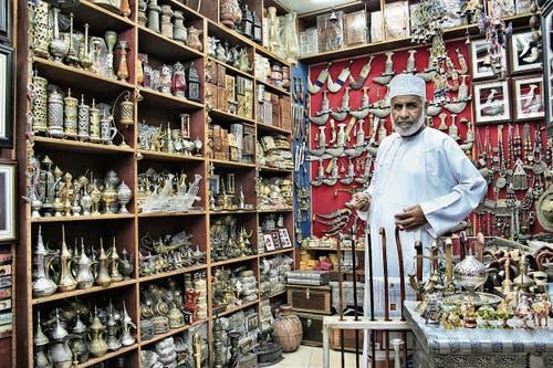 In der weissen gebügelten Dishdasha empfängt der Händler seine Kunden auf dem Souk.