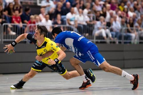 TSV St. Otmar St. Gallens Bo Spellerberg (links) gegen HC Kriens-Luzerns Amin Yousefinezhad. (Bild: Philipp Schmidli (Kriens, 8. September 2018))