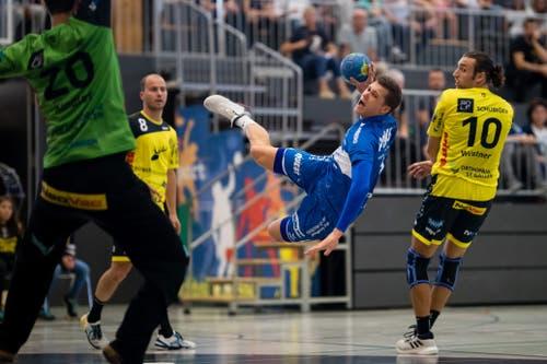 HC Kriens-Luzerns Marcel Lengacher (Mitte) gegen TSV St. Otmar St. Gallens Frederic Wüstner (rechts) am Samstag, 8. September 2018 in der Krauerhalle Kriens.