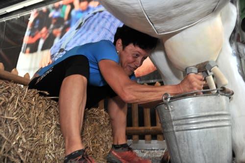 Superzehnkampf: Die ehemalige Race-across-America-Siegerin Trix Zgraggen beim Kuhmelken. (Bild: Urs Hanhart, Altdorf, 9. September 2018)