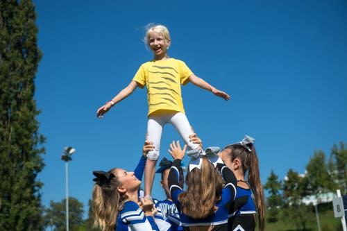 Die Wildcats Cheerleader Luzern zeigen der 7-jährigen Noemi, wie man sich als Cheerleaderin fühlt.