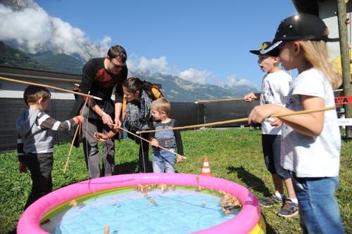 Korkzapfen-Fischen im Kinderland. (Bild: Urs Hanhart, Altdorf, 8. September 2018)
