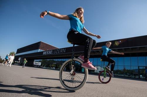 Im Bild zeigen Lilo Eltz (12,links) und Maja von Ah (11) vom Einradclub Emmenbrücke ihre Künste auf dem Einrad. Bilder: Dominik Wunderli (Luzern, 9. September 2018)
