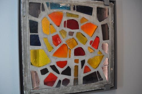 Ein Fenster des Künstlers Lukas Gasser bildet nun einen Blickfang im neuen Treppenhaus.