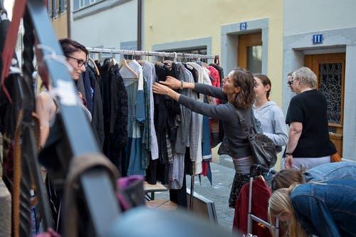 Wühlen gehört bei einem Flohmarkt dazu. (Bild: Maria Schmid (Zug, 8, September 2018))