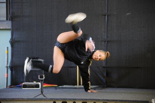 Strassenkünstlerin Corinne Mathis in Aktion. (Bild: Urs Hanhart, Altdorf, 9. September 2018)