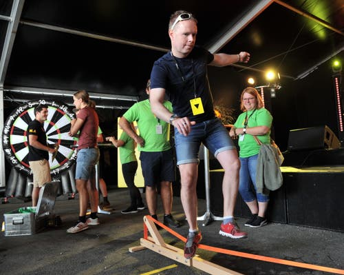 Superzehnkampf: Läufer Ivan Gisler auf der Slackline. (Bild: Urs Hanhart, Altdorf, 9. September 2018)