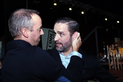 Josh Holden (rechts), tränenüberströmt mit dem EVZ-CEO Patrick Lengwiler. (Bilder: Werner Schelbert (Zug, 8. September 2018))