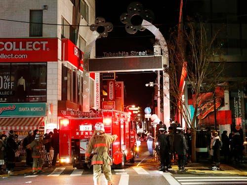 In Japan hat ein Mann in der Nacht auf Dienstag mehrere Passanten in einer Einkaufzone mit seinem Fahrzeug verletzt. (Bild: KEYSTONE/AP Kyodo News/YUTA OMORI)