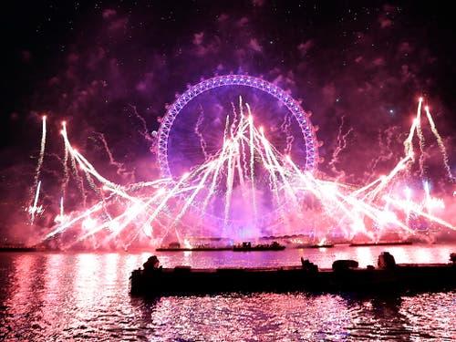 Das Neujahrsfeuerwerk in London bezog das Riesenrad «London Eye» mit ein. (Bild: KEYSTONE/AP/KIRSTY WIGGLESWORTH)