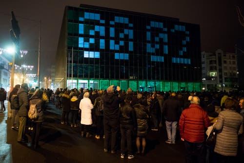 Gebannt starren die Anwesenden auf den Countdown. (Bild: Boris Bürgisser, Kriens, 31. Dezember 2018)