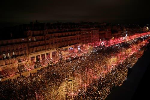 Frankreich: Viel Publikum auf der Champs Elysees in Paris. (Bild: AP Photo/Kamil Zihnioglu)