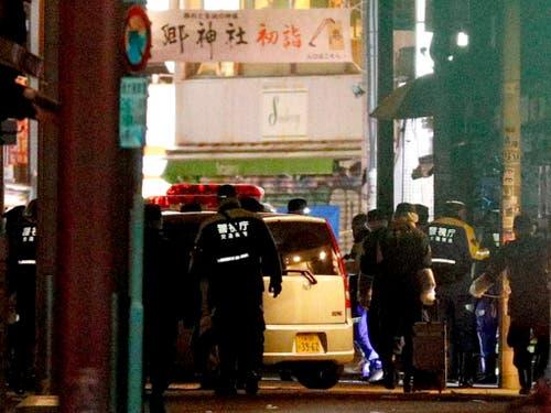 Zahlreiche Einsatzkräfte mussten in Tokio die Ermittlungen in einer Einkaufsstrasse aufnehmen, weil ein Mann zahlreiche Fussgänger mit einem Auto verletzte. (Bild: KEYSTONE/AP Kyodo News/YUTA OMORI)