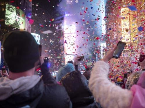 Rund eine Million Menschen begrüssten das neue Jahr auf dem New Yorker Times Square. (Bild: Keystone/AP/CRAIG RUTTLE)