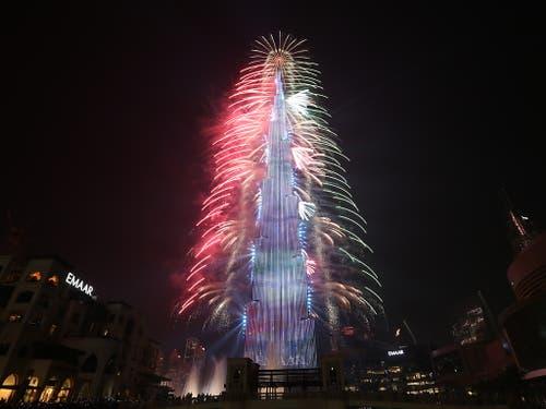 In Dubai erstrahlte der Burj-Khalifa-Turm an Silvester in einem Lichtermeer. (Bild: KEYSTONE/EPA/ALI HAIDER)