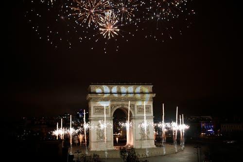 Frankreich: Der beleuchtete Triumphbogen in Paris. (Bild: AP Photo/Kamil Zihnioglu)