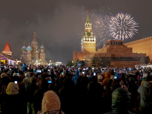 Russland: Feuerwerk über dem Kreml in Moskau. (Bild: AP Photo/Alexander Khitrov)